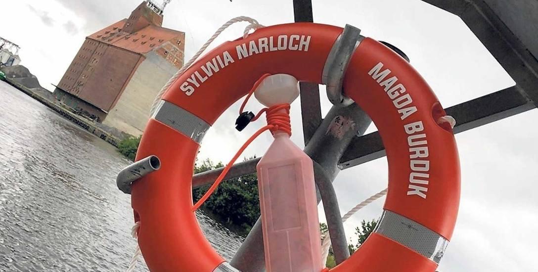 Dokładnie 46 dodatkowych kół ratunkowych zawisło tuż nad kanałem portowym w Darłowie