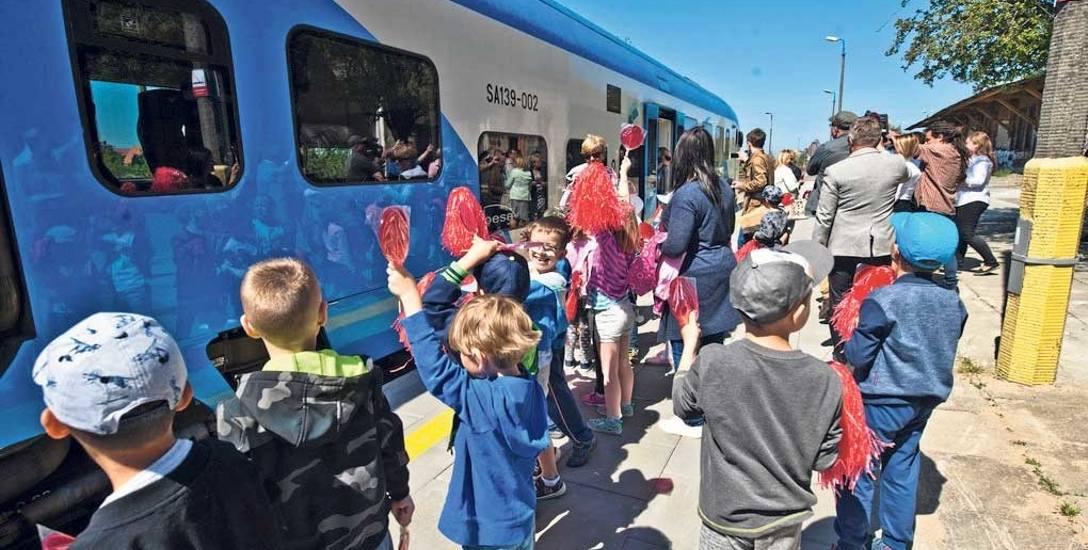 Od 2017 roku po prawie sześciu latach nieobecności na trasę kolejową Sławno - Darłowo wrócił szynobus. Połączenie jest dostępne przez cały rok