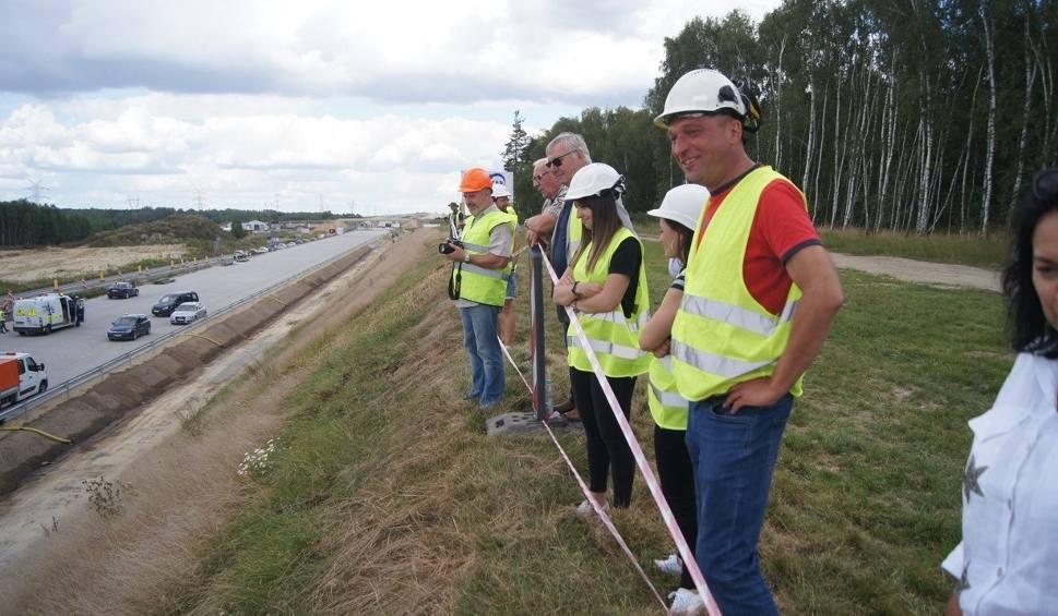 Film do artykułu: Budowa autostrady A1 w Łódzkiem. Pierwszy odcinek betonowej jezdni przekazany kierowcom [ZDJĘCIA, FILM]