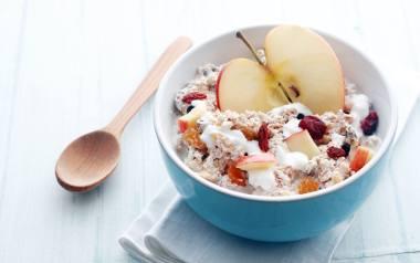 Zdrowe śniadanie wbrew pozorom, nie jest trudne do wykonania. Nie potrzeba do jego przygotowania nawet wymyślnych składników. Im prościej, tym lepiej