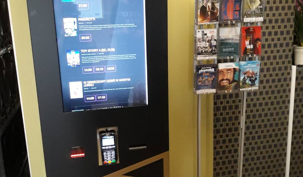 Film do artykułu: W kinie Zorza w Rzeszowie stanął biletomat. Ma ułatwić zakup biletów kinomaniakom