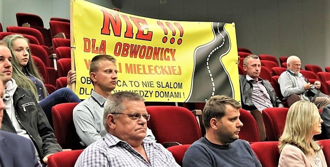 Protestują mieszkańcy dwóch wsi: Woli Mieleckiej i Trzciany. Nie chcą obwodnicy Mielca