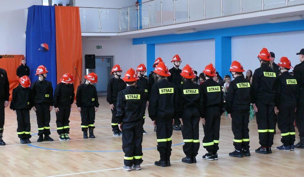 Film do artykułu: W szkole podstawowej w Bałtowie szkolą przyszłych strażaków. Uczestnicy Akademii Młodego Strażaka dostali mundury [ZDJĘCIA]
