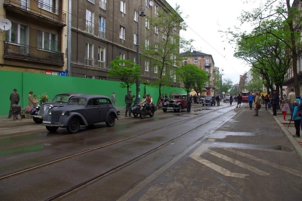 """Z planu zdjęciowego """"Miasto 44"""", serialu poświęconego powstaniu warszawskiemu. [1]"""