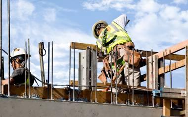 Branża budowlana to obszar, w którym braki dotyczą największej liczby grup zawodowych. Problemem branży jest nielegalne zatrudnienie, związane m.in.