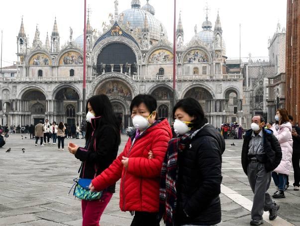 Na Placu Świętego marka w Wenecji ludzie chodzą w maskach, ale nie karnawałowych. Karnawał w Wenecji został odwołany z powodu koronawirusa.