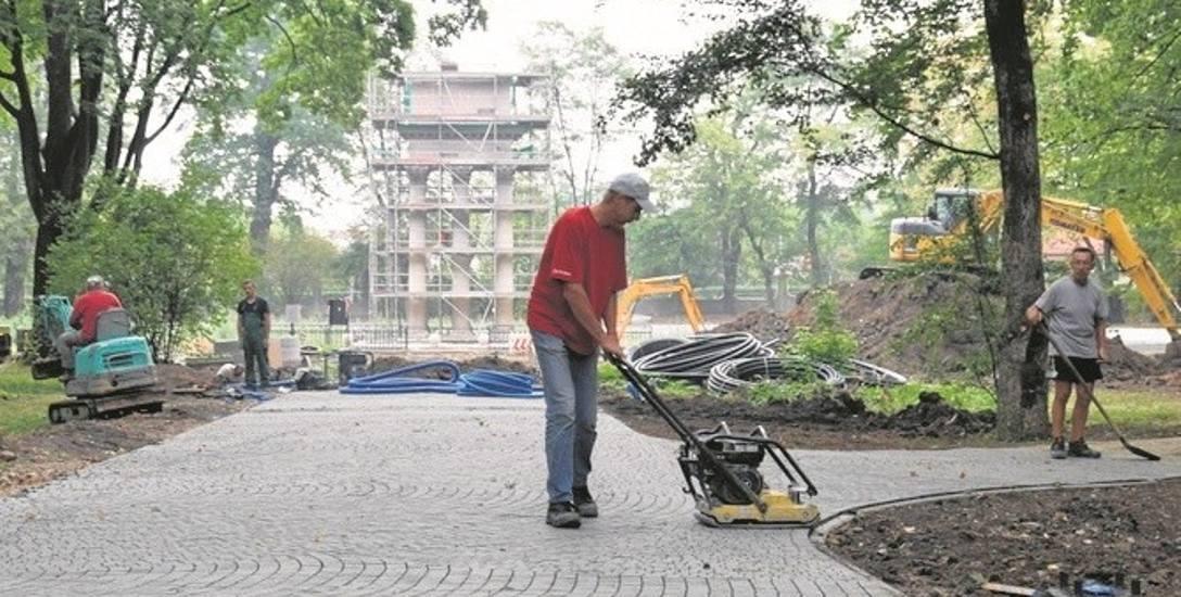 W zamkniętym dla mieszkańców Parku Strzeleckim aktualnie trwa brukowanie alejek i  konserwacja mauzoleum gen. Bema