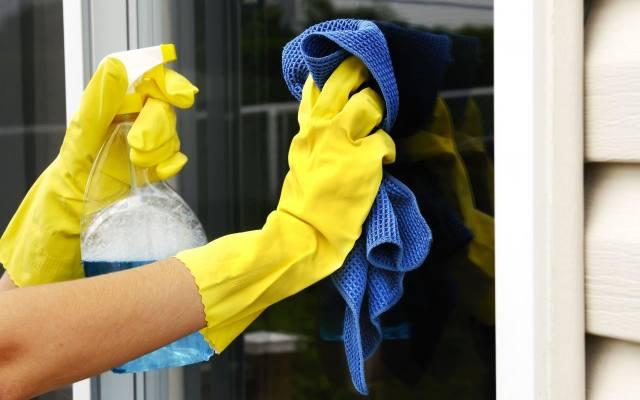Ściereczki z microfibry przeznaczone do mycia okien są chłonne i nie zostawiają nitek na szybie.