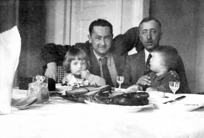 Stefan Jacenty Dąbrowski (z prawej) z przyjacielem i synami: starszym Zdzisławem (po lewej) i młodszym Wojciechem. Za chwilę Stefan pójdzie na wojnę.