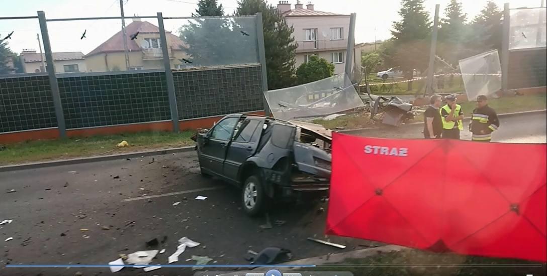 Tragedia na ul. Krakowskiej rozegrała się w sobotni poranek. Mercedes z ogromną prędkością wbił się w ekrany dźwiękochłonne i rozbił je  w drobny ma