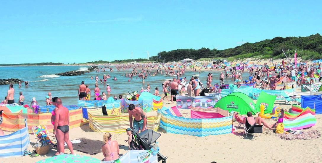 Tłok na plaży wschodniej w Darłówku. W ostatnie gorące dni plaże powiatu sławieńskiego były maksymalnie wypełnione turystami