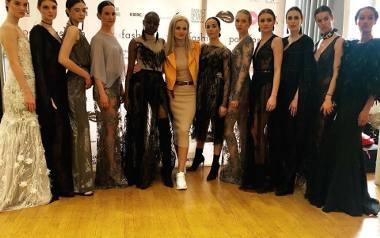 Barbara Piekut (w środku) z modelkami na przymiarkach przed pokazem w paryskim  Les Salon des Miroirs