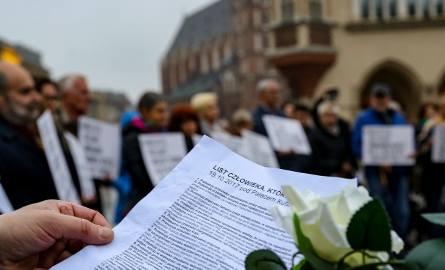 Kraków. Demonstracja w geście solidarności z mężczyzną, który podpalił się w Warszawie