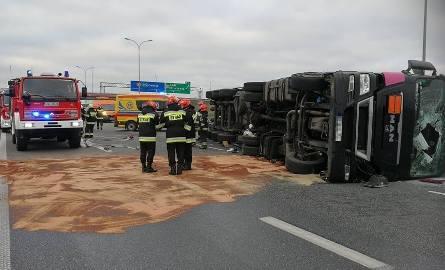 Wypadek na autostradzie A1, na wysokości miejscowości Dąbrówka w rejonie węzła Kowal. Około godz. 7.40 cysterna przewróciła się i blokuje całkowicie