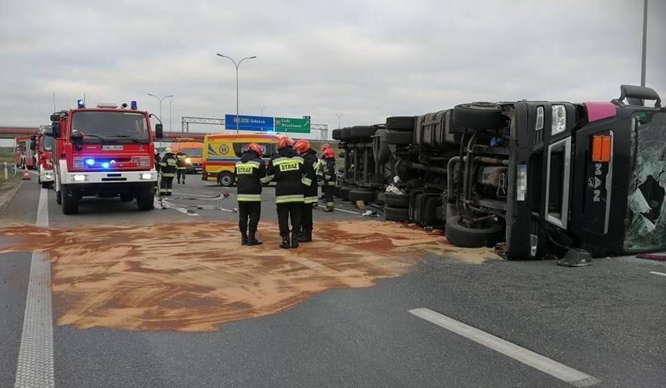 Film do artykułu: Wypadek na A1. Przewróciła się cysterna, autostrada w  kierunku Łodzi zablokowana! [zdjęcia]