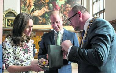 Na ogół prezenty otrzymywane przy takich okazjach wystawiane są na aukcjach charytatywnych, ale kto wie, może księżnej bursztynowy naszyjnik spodoba