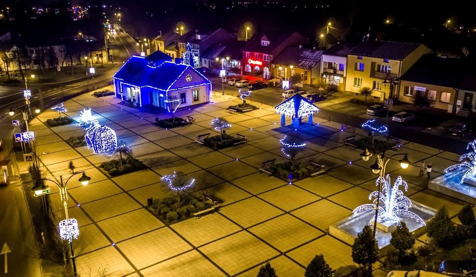 Film do artykułu: Świąteczny Połaniec wygląda jak kraina z bajki (ZDJĘCIA Z DRONA)