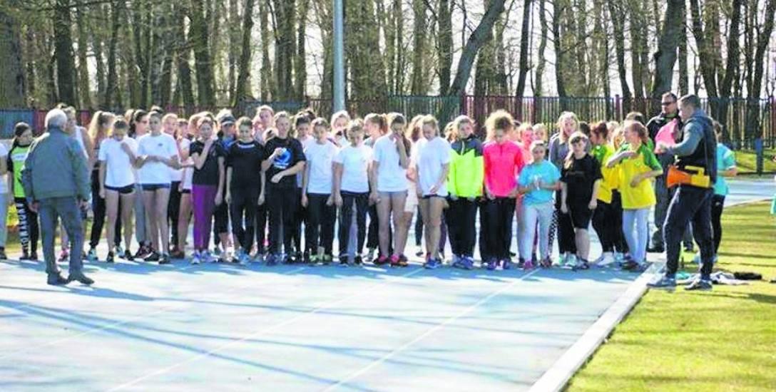 Powiatowy SZS w Białogardzie, przy współudziale klubu lekkoatletycznego Iskra, organizował m.in. Mistrzostwa Powiatu w Indywidualnych Biegach Przełajowych