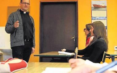 W Polsce pracuje około 30 tysięcy katechetów księży, sióstr zakonnych i ludzi świeckich. W wielu diecezjach zaczyna jednak brakować ludzi gotowych uczyć