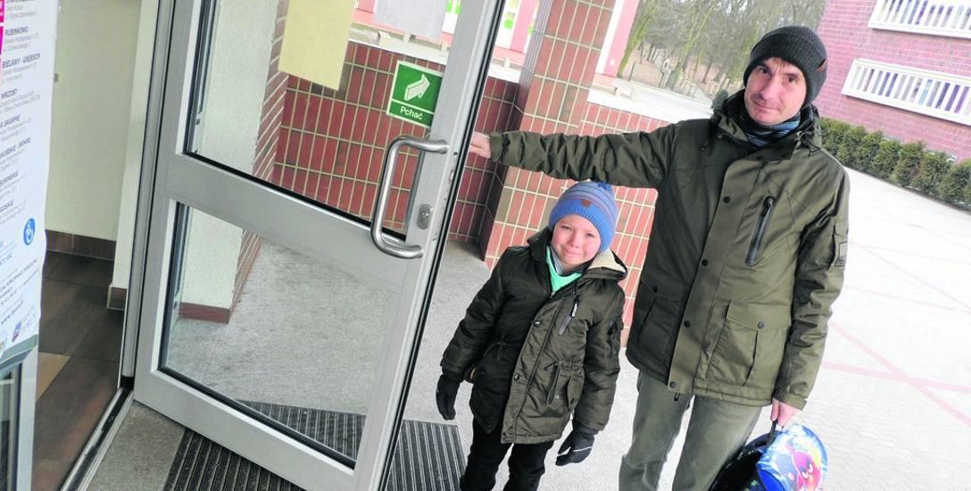 Silny mróz daje się we znaki dzieciom i ich rodzicom w drodze do szkoły. W samych budynkach jest już ciepło i przyjemnie. Szczególnie wtedy, gdy ogrzewają