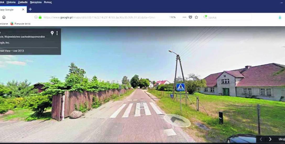 Zdaniem rzecznika prezydenta Świnoujścia to zdjęcie dowodzi, że w Karsiborze jest przynajmniej krótki odcinek chodnika