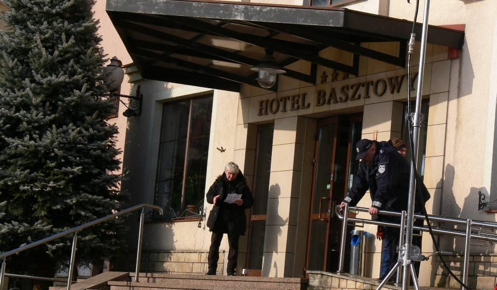 """Film do artykułu: Drugi dzień na planie serialu """"Ojciec Mateusz"""" w Sandomierzu. Policjanci wtargnęli do autobusu (WIDEO,ZDJĘCIA)"""