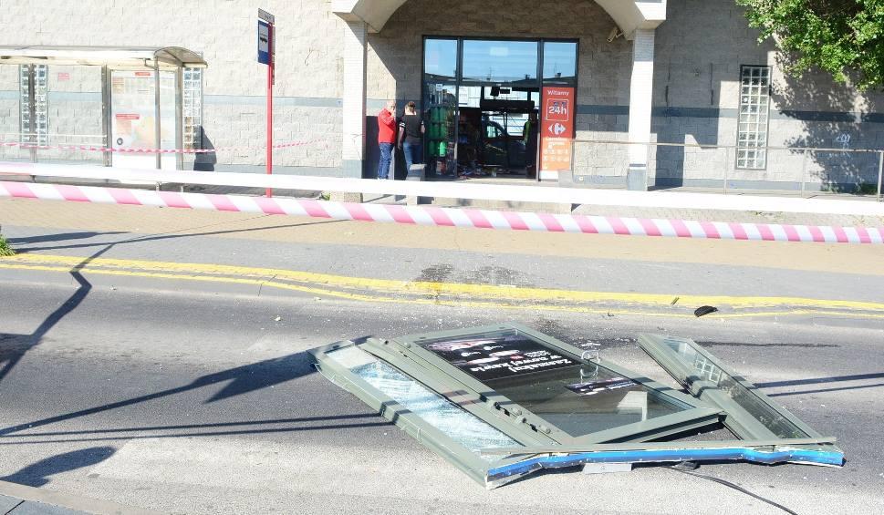 Film do artykułu: Rajd szaleńca po ulicach Radomia. Samochodem przejechał przez sklep na stacji benzynowej, skasował przystanek autobusowy. Został złapany