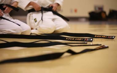 Sztuki walki to współcześnie jedne z najbardziej popularnych form aktywności fizycznej dla dzieci. Regularne treningi uczą najmłodszych samodyscypliny,