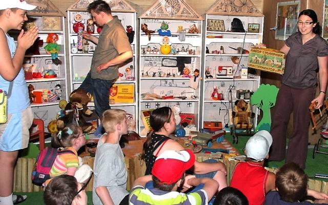 baf3c7cf1b20a1 Dzieci odwiedziły PRL-owski pokój w muzeum