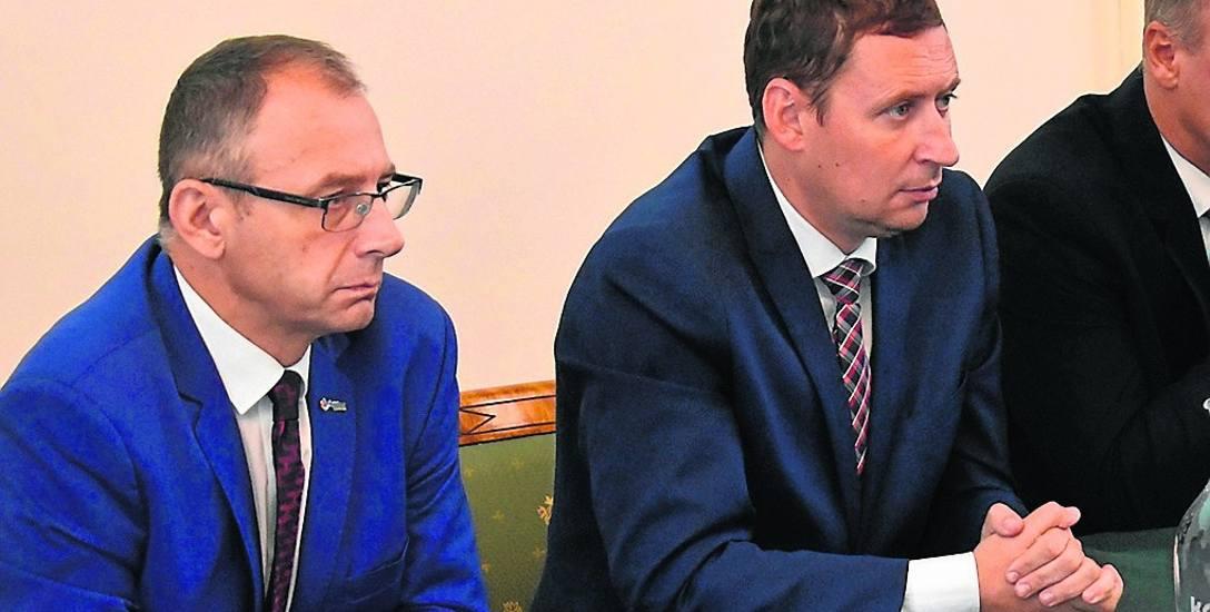 Burmistrz Gubina, Bartłomiej Bartczak (z prawej) zaprosił Krosno Odrzańskie, aby gmina weszła do spółki Zacho¬dnie Centrum Medyczne. Na razie jednak