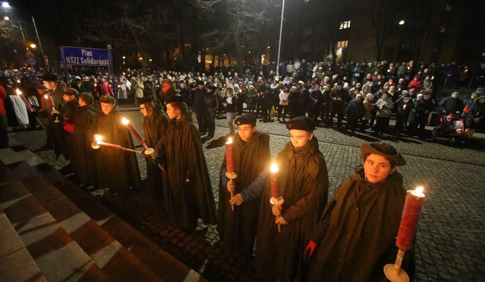 """Film do artykułu: Ulicami Katowic przeszła procesja. Droga Krzyżowa wyruszyła spod krzyża przy kopalni """"Wujek"""" WIDEO+ZDJĘCIA"""