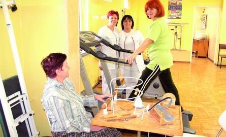 Fizjoterapeutki: Jarosława Porczyńska i Agnieszka Drzazga z Barbarą Mockus, która ćwiczy na bieżni i Honoratą Czubą, która wykonuje ćwiczenia manual