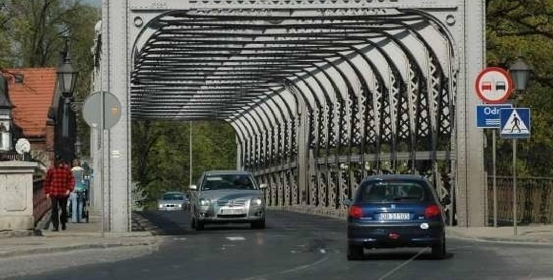 Pokonując jedyny most na Odrze kierowcy tirów muszą przejechać również przez całe centrum Brzegu.
