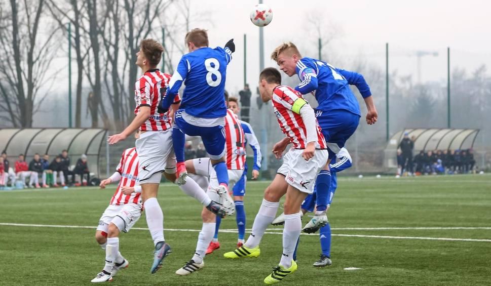 Film do artykułu: 18-letni wychowankowie Cracovii i Wisły zostali na lodzie. Czy ratunkiem będzie reaktywowanie rezerw ekstraklasowych klubów w IV lidze?