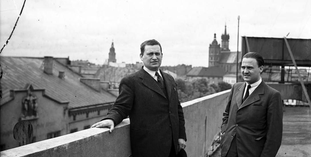 Stanisław Cat-Mackiewicz w towarzystwie Ignacego Kleszczyńskiego na dachu Pałacu Prasy.