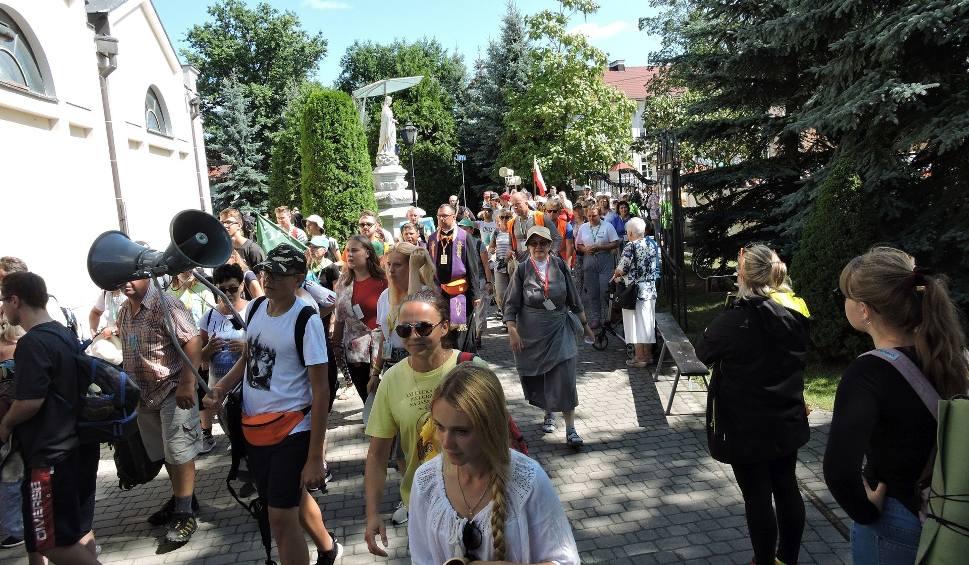 Film do artykułu: Ostrołęka. Piesza Pielgrzymka z Ełku weszła do miasta 31.07.2019r. Pielgrzymi nocowali w Dąbrówce, zakończą etap w Sypniewie