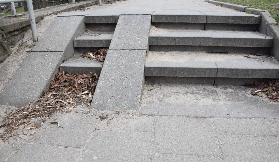 Film do artykułu: Zielona Góra. Czytelnicy: czas posprzątać piach zalegający na ulicach i chodnikach po zimie! [ZDJĘCIA, WIDEO]