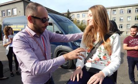 Otrzęsiny na UO. Na zdjęciu studenci testują symulator zderzenia.