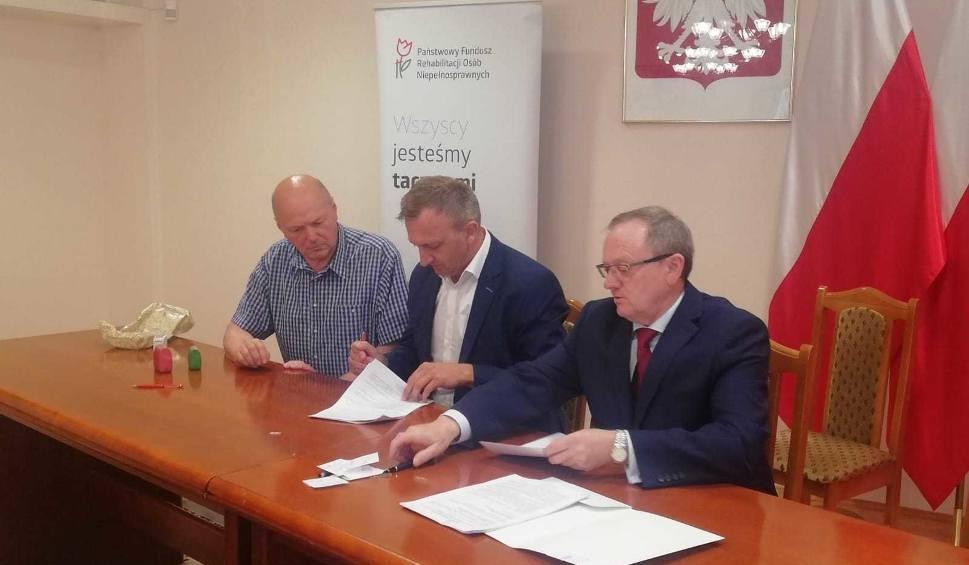 Film do artykułu: Starosta sandomierski podpisał umowy na dofinansowanie do zakupu nowych mikrobusów dla trzech placówek opiekuńczych