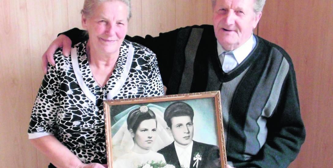 Irena i Władysław Gierczykowie pobrali się pół wieku temu. Doczekali się aż ośmiu synów, trzynastu wnuczek i pięciu wnuczków