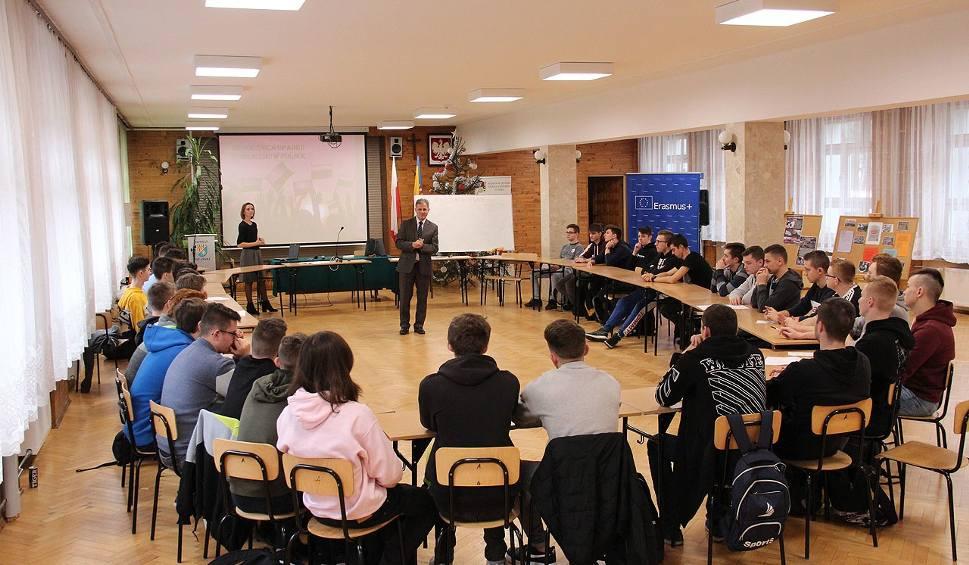 """Film do artykułu: Uczniowie niżańskiego """"elektryka"""" przy okrągłym stole rozmawiali o stanie wojennym"""