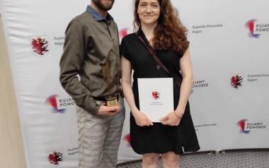 Małgorzata Janas i Artur Kaniecki z Fundacji Studio M6 otrzymali nagrodę od marszałka województwa kujawsko-pomorskiego za swoją działalność społeczn