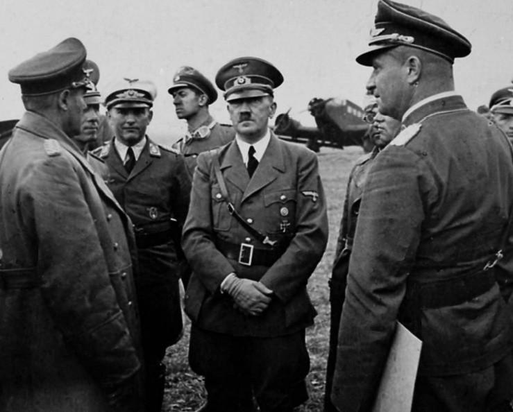 Hitler podczas wizyty na lotnisku w Neudorf (dziś Nowa Wieś Królewska) 10 września 1939 roku. Niecały miesiąc później mógł zginąć podczas defilady, jaką