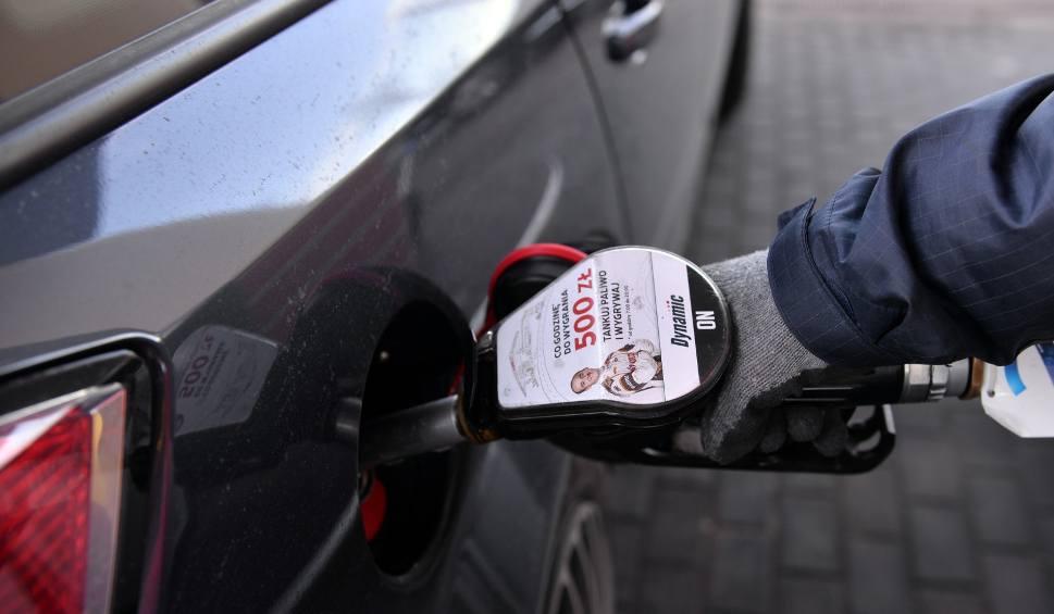Film do artykułu: Czas na tanie tankowanie: 29.03.2020 r. Ceny paliw będą spadać, ale na pewno nie tak szybko jak teraz. Dlaczego?
