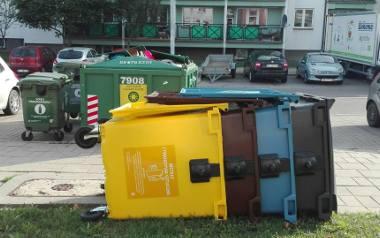 Konstrukcje z kontenerów na śmieci od tygodni leżą na osiedlach. Urzędnicy: to nie my