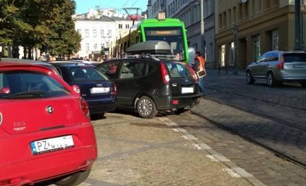 MPK Poznań: Samochód stoczył się na tory i wstrzymał ruch. Pomogli pasażerowie tramwaju