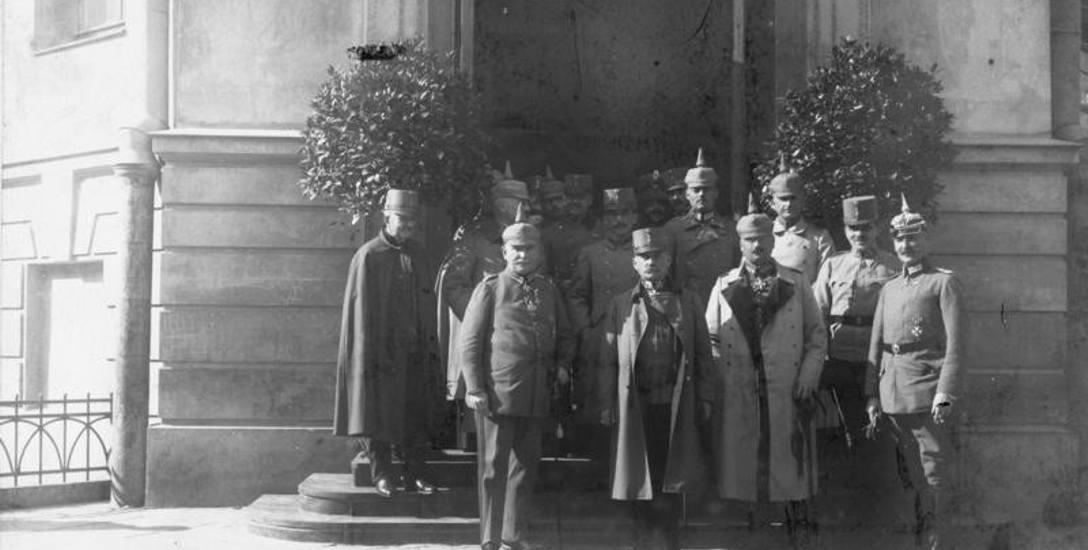 Wizyta warszawskiego gubernatora generalnego von Beselera 13 grudnia 1916 r.  w Lublinie. Od lewej stoją generałowie: von Beseler, austro-węg. gub. gen.