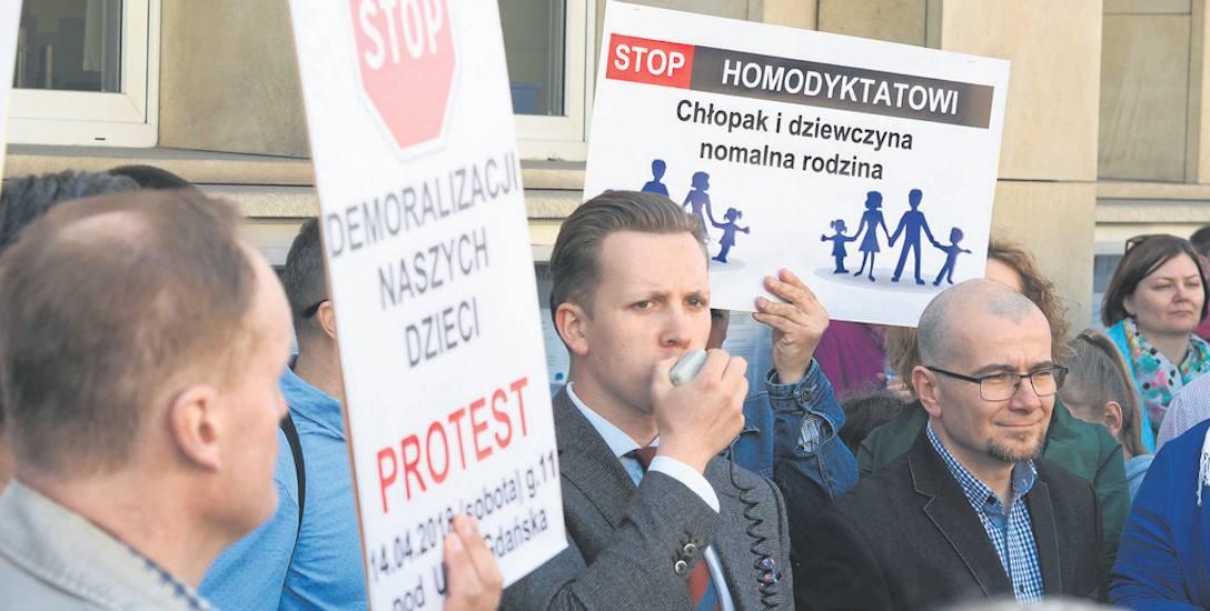 """Członkowie inicjatywy """"Odpowiedzialny Gdańsk"""" protestowali w połowie kwietnia pod Urzędem Miejskim. W najbliższy czwartek będą protestować pod Radą"""