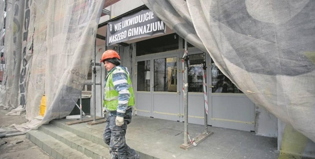 Obecnie prace trwają m.in. na Bartodziejach, przy Gimnazjum nr 9 przy ul. Gajowej. Ocieplane są ściany budynku i dach.