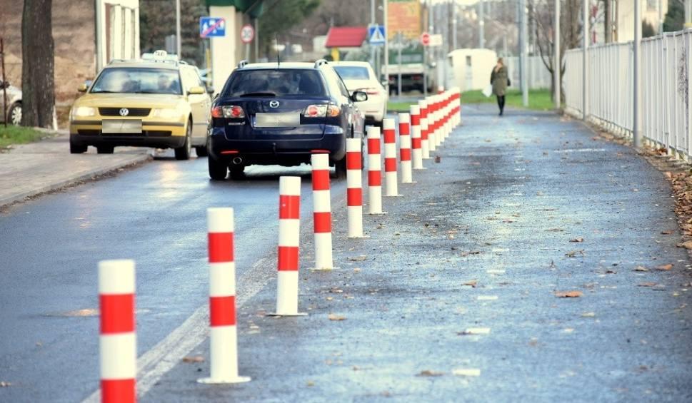 Film do artykułu: Ścieżka rowerowa za duża, a ul. Towarowa tak mała, że auta wjeżdżają na chodnik [ZDJĘCIA]